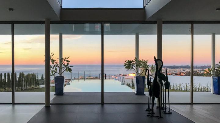 indoor-minimalist-style-open-space