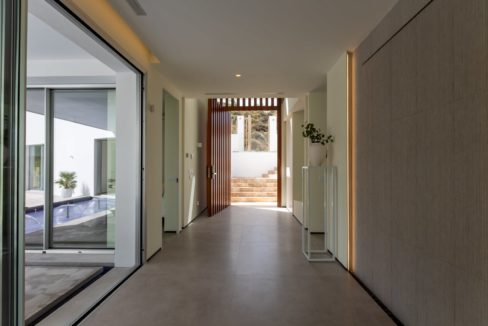 entrance-with-wall-fountain-in-luxury-house-for-sale-mijas-costa